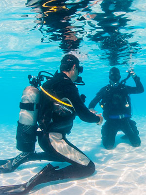 Aula prática em um curso de mergulho autônomo