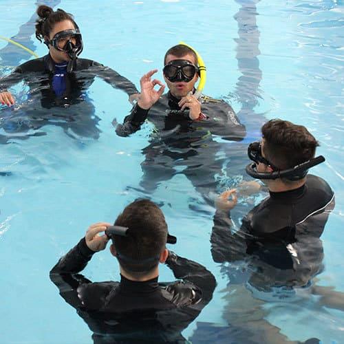 Orientacao na piscina em experiencia de mergulho