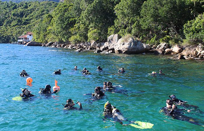Nossos alunos iniciando o mergulho em Angra dos Reis