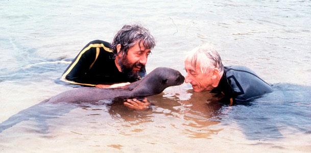 Jacques Cousteau e seu filho brincando com uma ariranha na Amazônia em 1993.