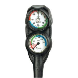 Profundímetro e manômetro são parte do equipamento de mergulho completo