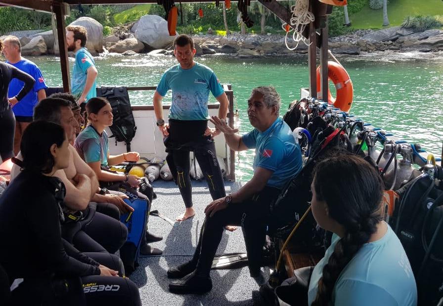 Nossa equipe e alunos em uma de nossas saídas de mergulho em Ilhabela