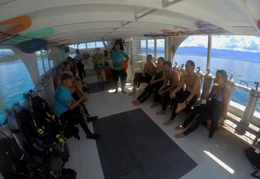 Nossa equipe e alunos em uma de nossas saídas de mergulho em Paraty